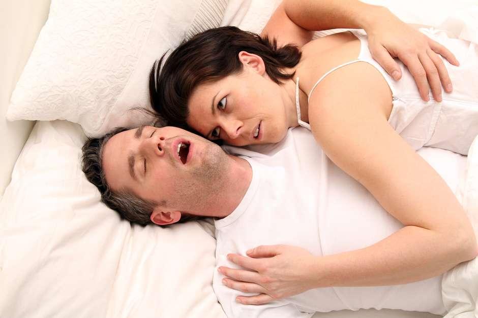 Dormir de boca aberta: principais causas e soluções práticas